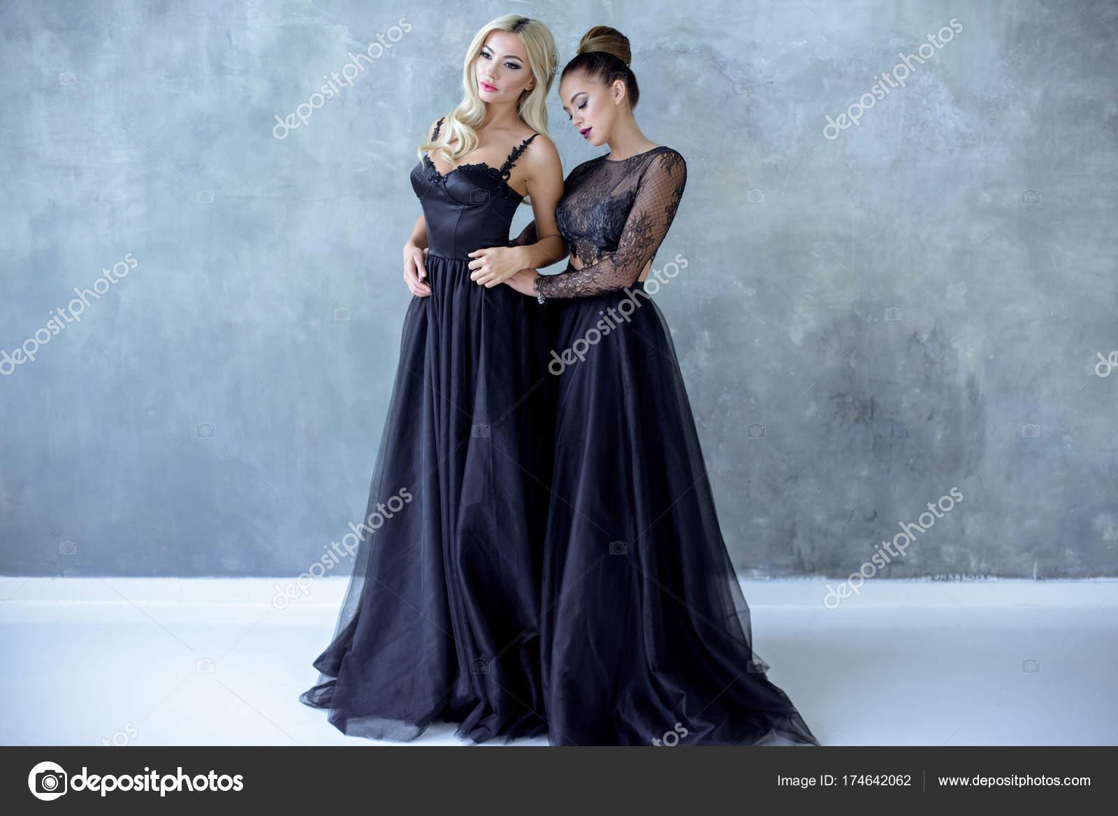 Novias belleza en vestido de novia con velo de encaje en el interior ...