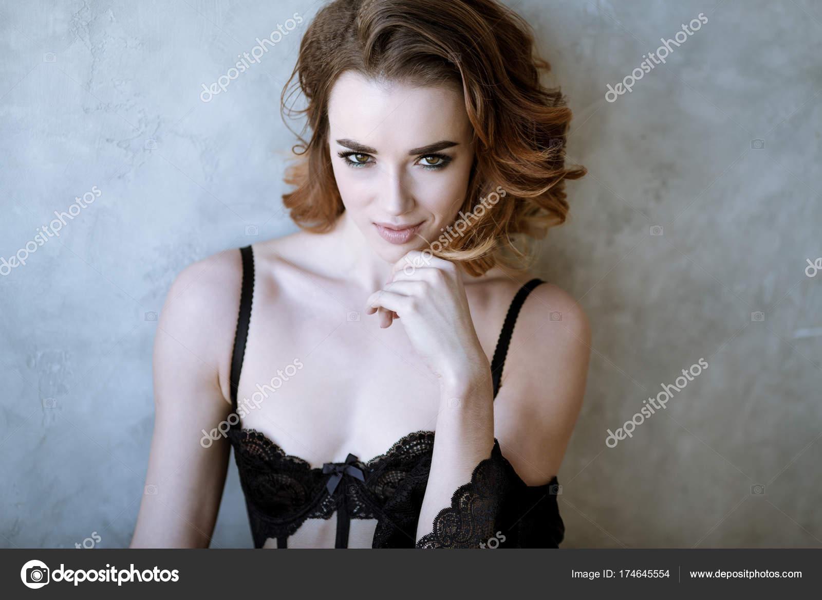 f95ce9106 Retrato feminino da senhora bonito no sutiã preto dentro de casa —  Fotografia de Stock