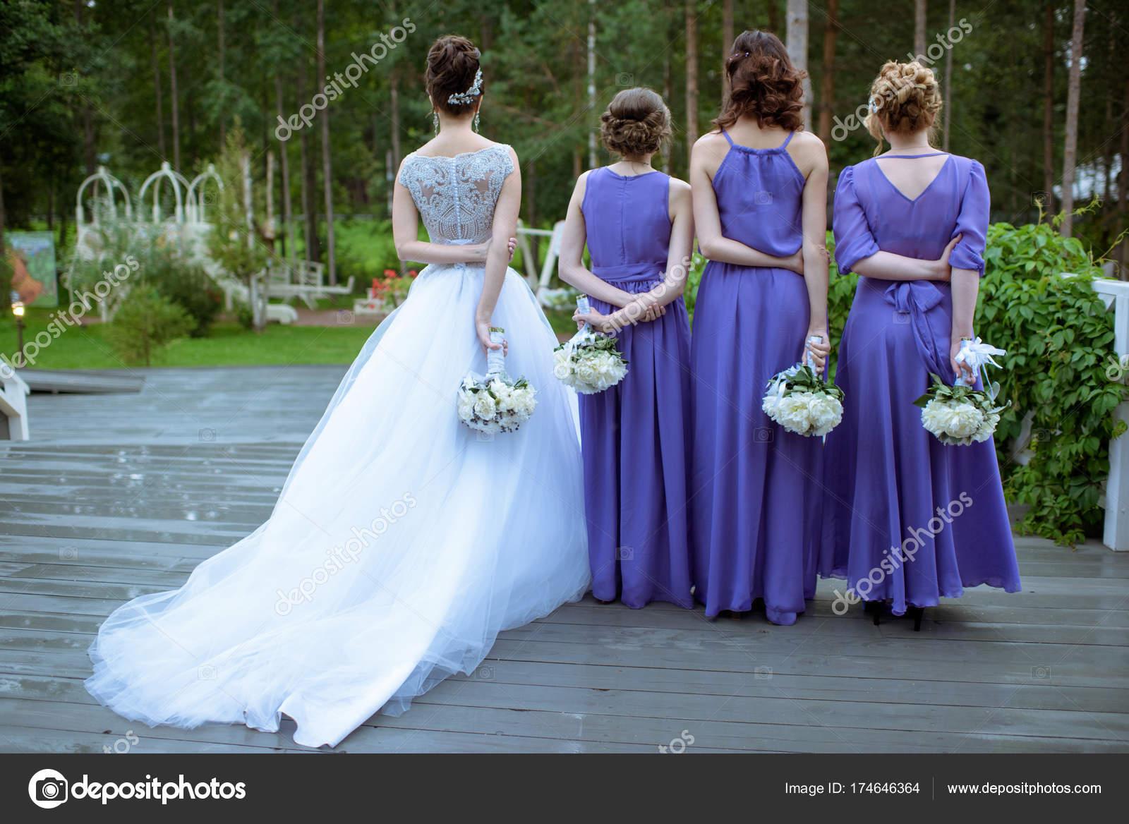 Hermosas damas de honor y madrina en vestido de novia con Ramos de ...
