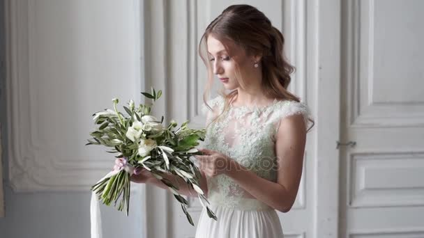 szép menyasszony a gyönyörű esküvői ruha