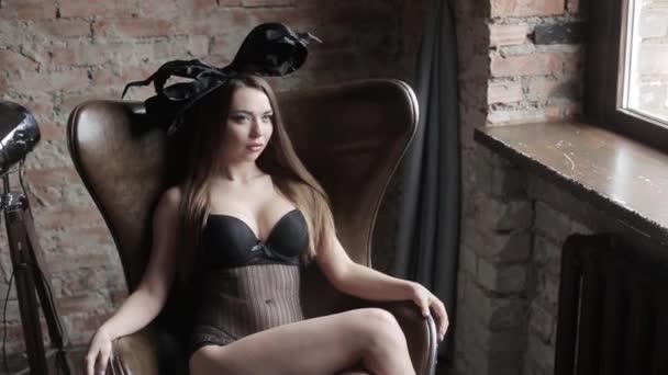 mladé krásné model představuje v ateliéru v prádlo s černou mašlí na hlavě