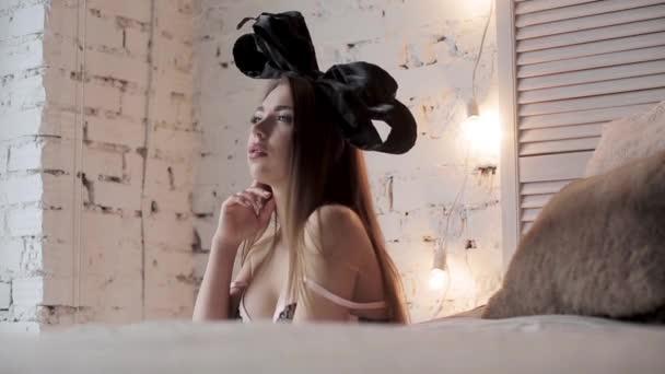 szexi nő modell stúdió fehérnemű íj fején pózol