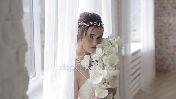 schöne junge Braut im wunderschönen Brautkleid