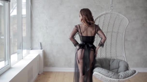 mladý krásný model v černém prádle