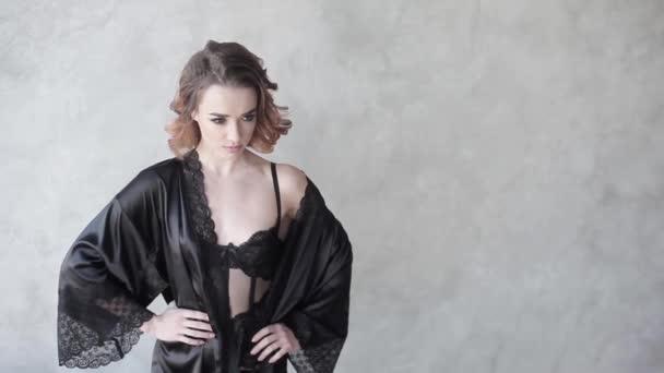 giovane bellissima modella in lingerie nera