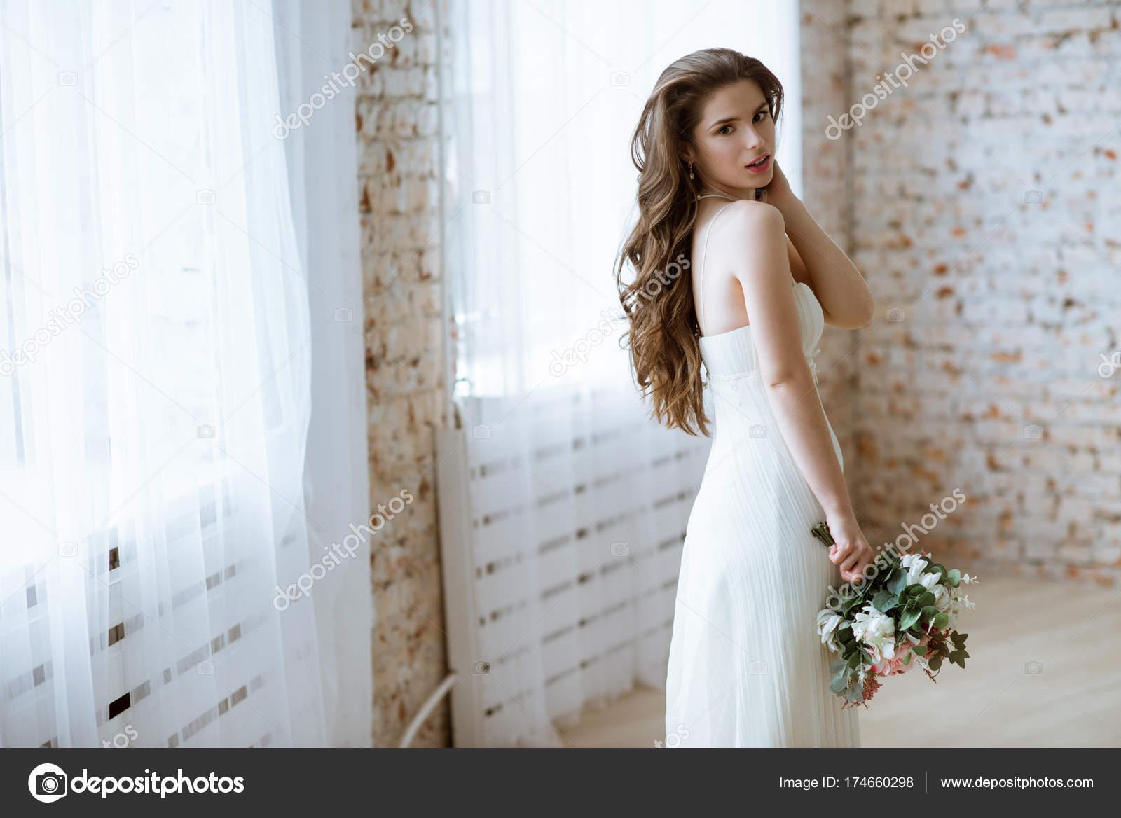 фото брюнетка в платье фото