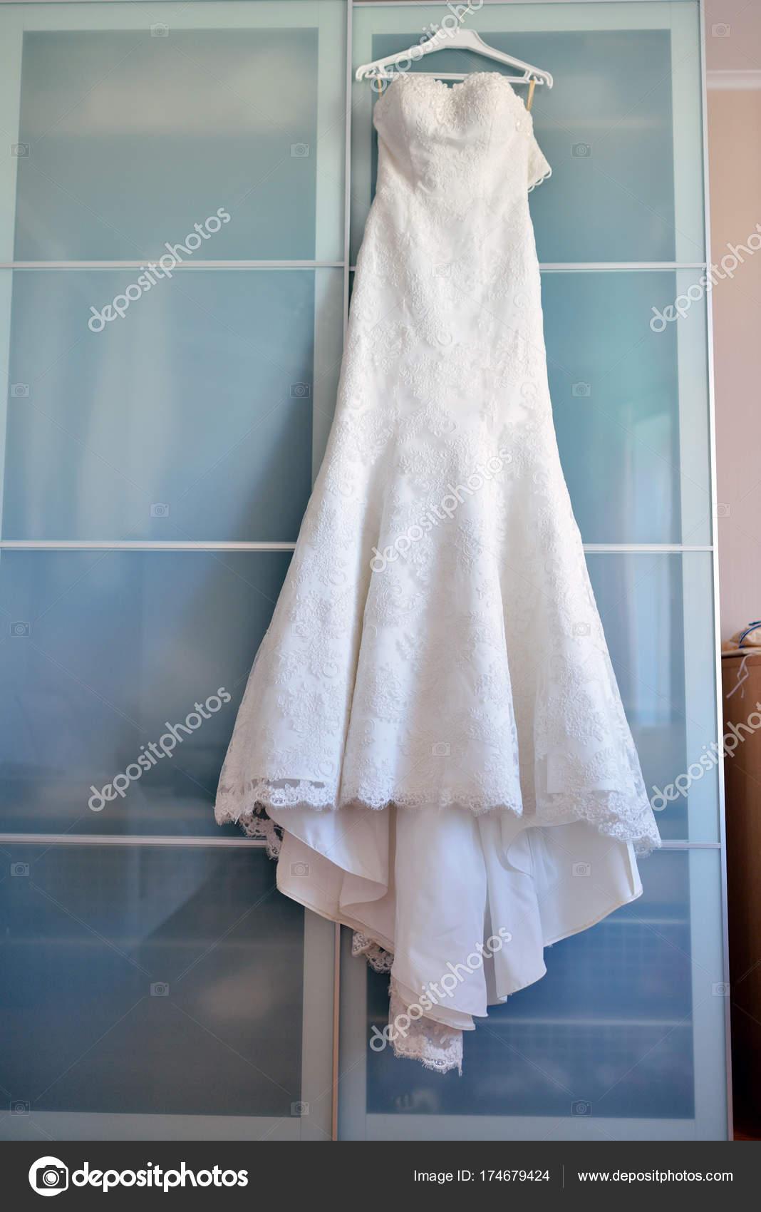 Schönes Weißes Brautkleid Braut Drinnen Schönheit Des Brautkleid Für ...