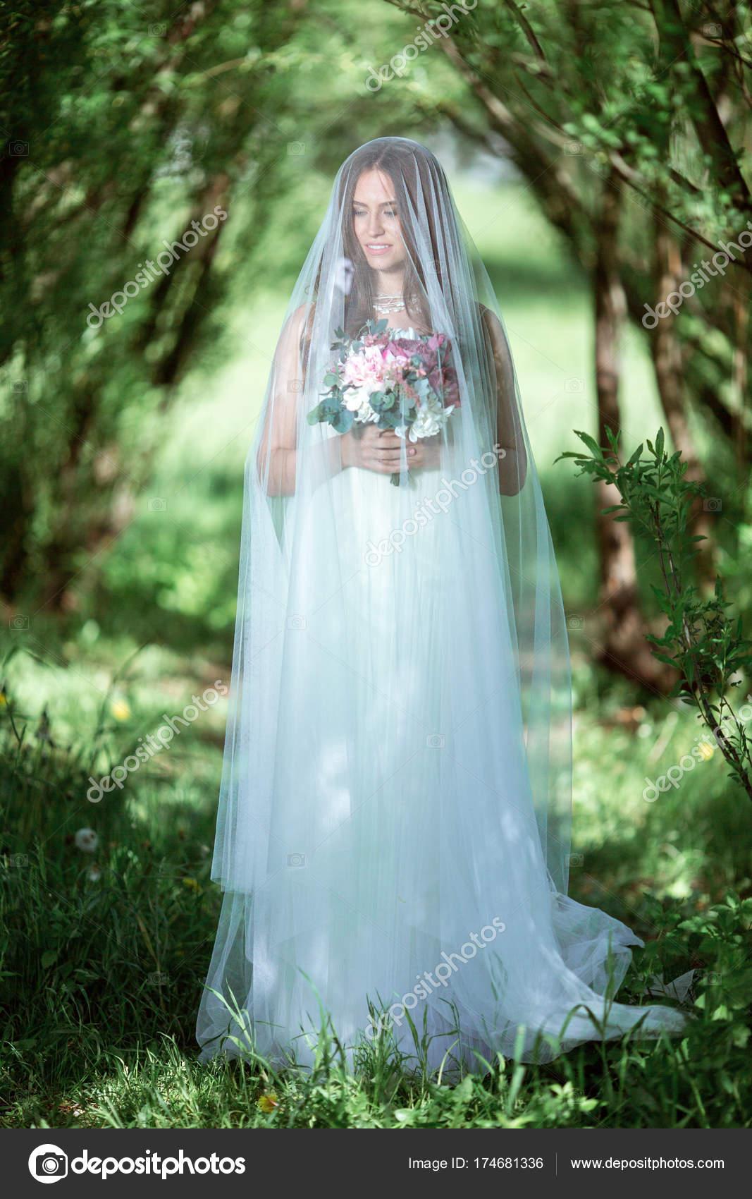 Morena novia en vestido de novia blanco de moda maquillaje — Foto de ...