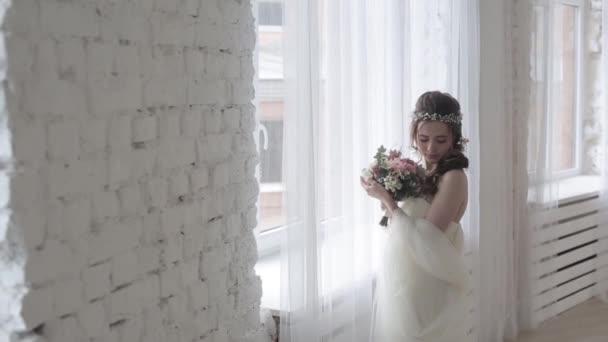 gyönyörű fiatal nő menyasszony csokor virágot pózol stúdió