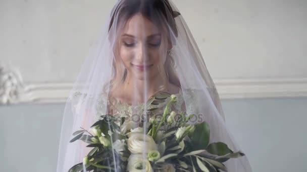krásná mladá nevěsta v nádherných svatebních šatech