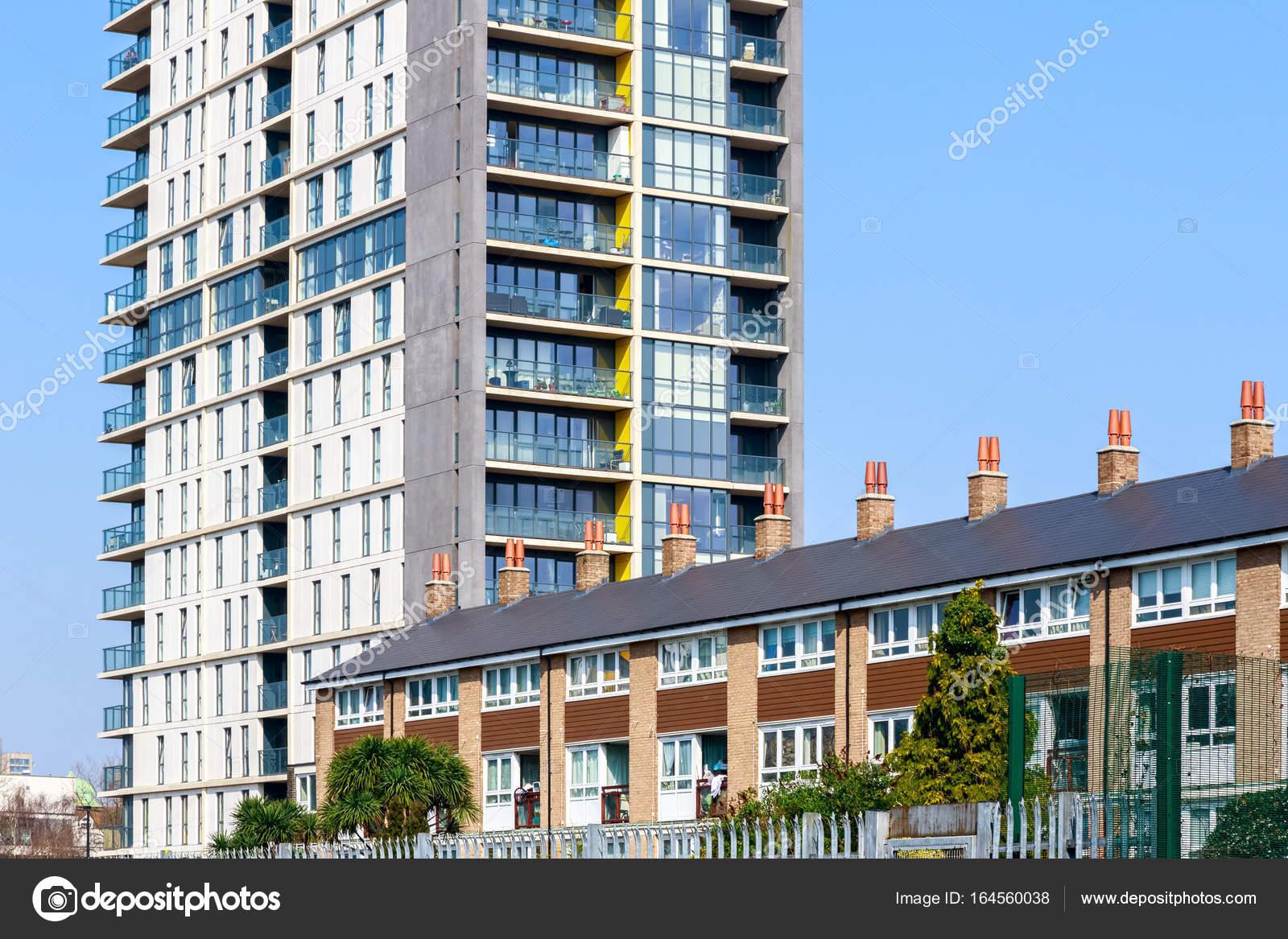 Traditionelle englische Reihenhaus Häuser und modernen Hochhaus ...