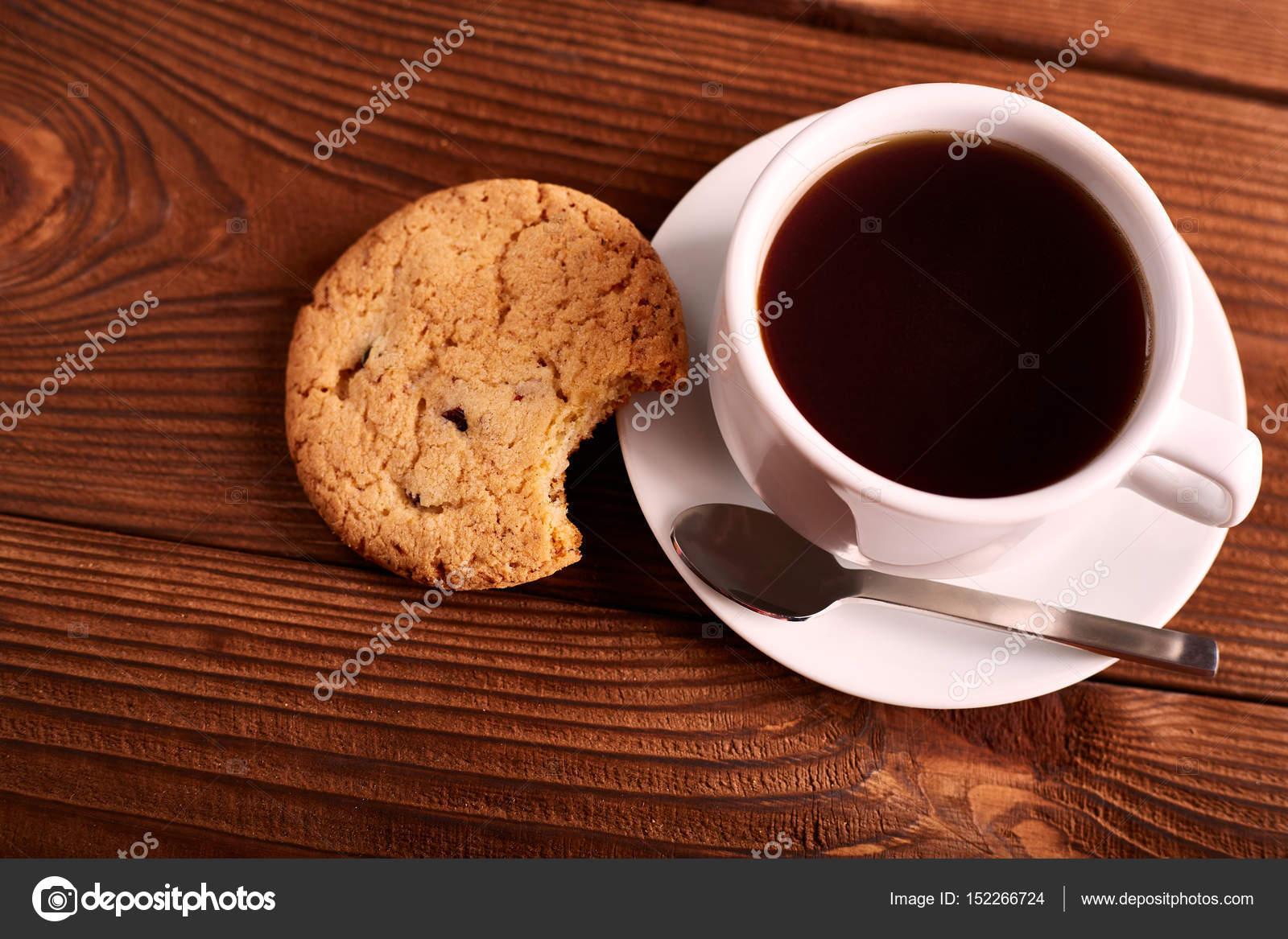 kaffee und hausgemachte kekse mit schokolade handgemachte schokoladen cookies und tasse. Black Bedroom Furniture Sets. Home Design Ideas