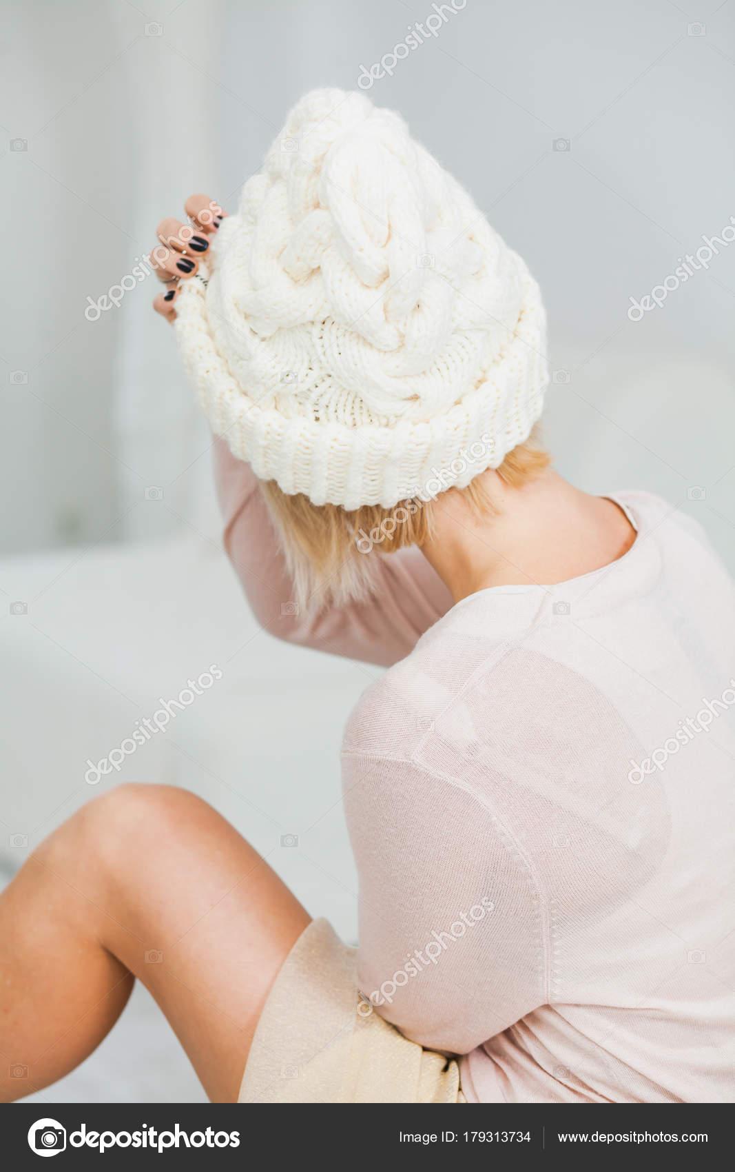 Mujer Joven Sombrero Hecho Punto Mano Blanca Caliente Casa Señora ...