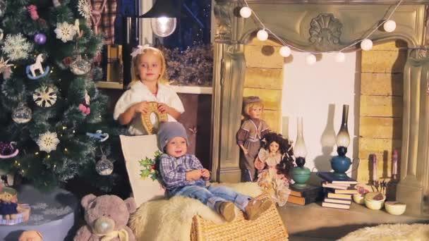 Kinder, Kinder in der Weihnachts-Dekor