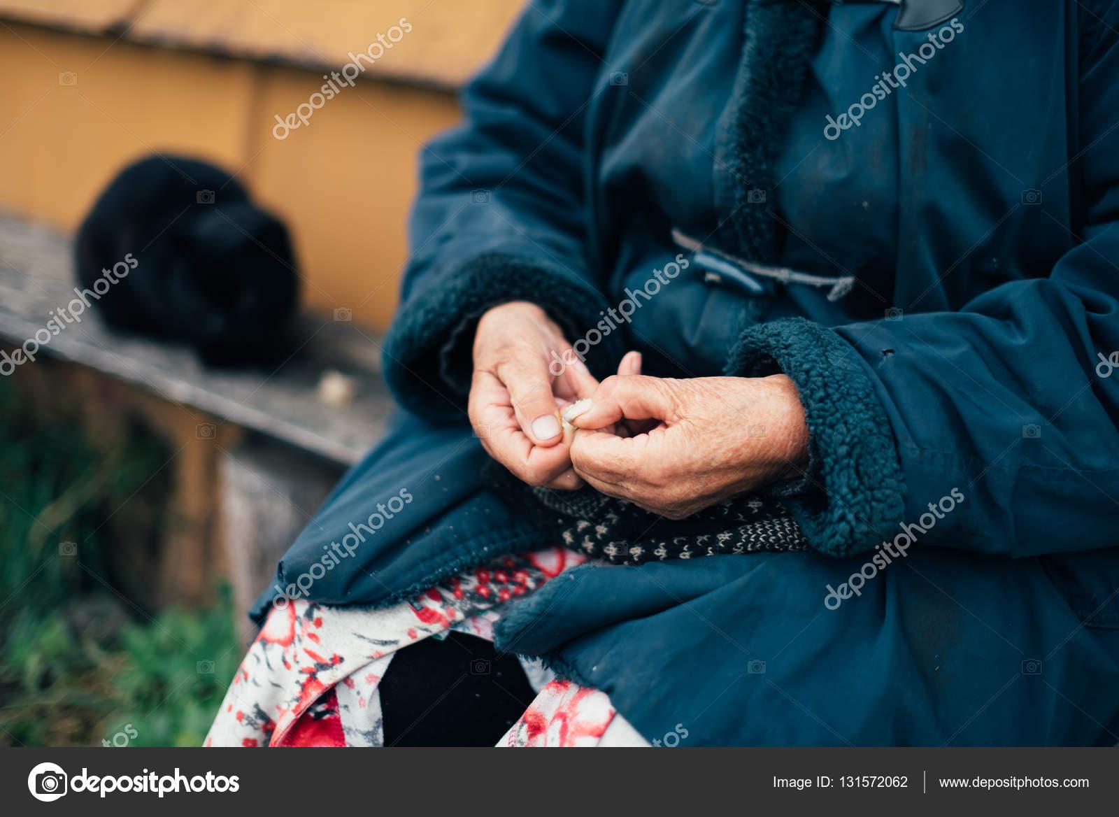 Alte Hasen faltige Oma — Stockfoto © ShevarevAlex #131572062