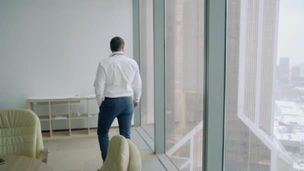 Mann wirft Papier ins Büro
