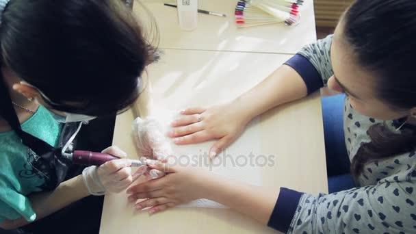 Mädchen Nagelstudio, die Arbeit der Nagelkünstler