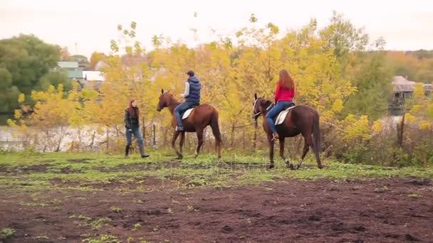 giovane coppia in un villaggio russo con i cavalli, equitazione