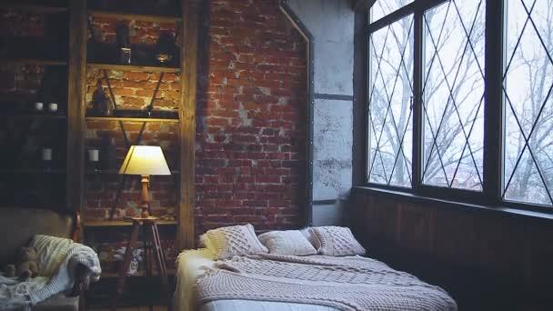 interno di casa in toni scuri con lampada da terra