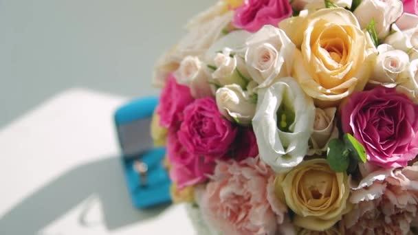 Novomanželé prsteny a svatební kytice s příslušenstvím