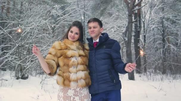 Krásná nevěsta v kožichu v zimě borovém lese s svatební kytice