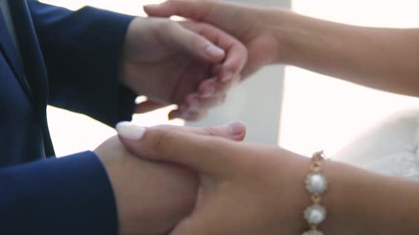 chlap a dívka drží navzájem ruce