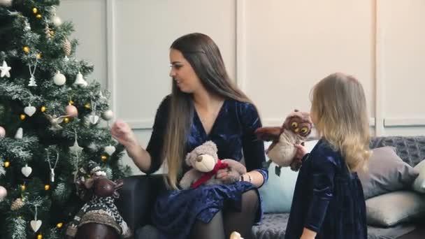 Šťastná rodina kolem vánoční stromeček s dárky