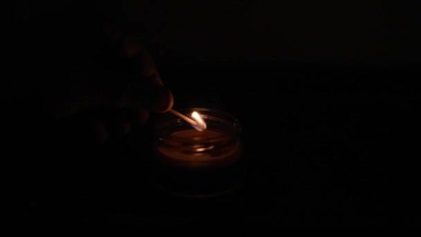 Una Vela Ardiente Cuarto Oscuro — Vídeos de Stock © ShevarevAlex ...