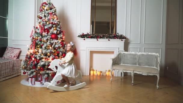 malá krásná dívka na pozadí zdobené vánoční stromeček se světly
