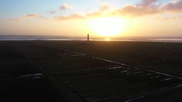 Maják při západu slunce, letecký výhled, Blížíme se, míjíme