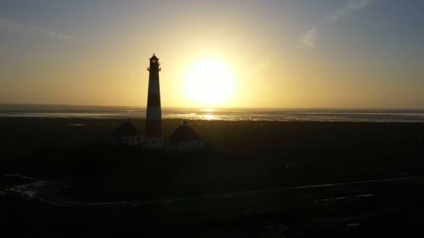 Maják při západu slunce, letecký výhled, silueta