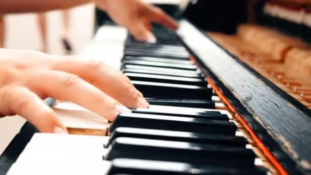 zwei männliche Hände, die das alte Klavier spielen. Nahsicht.