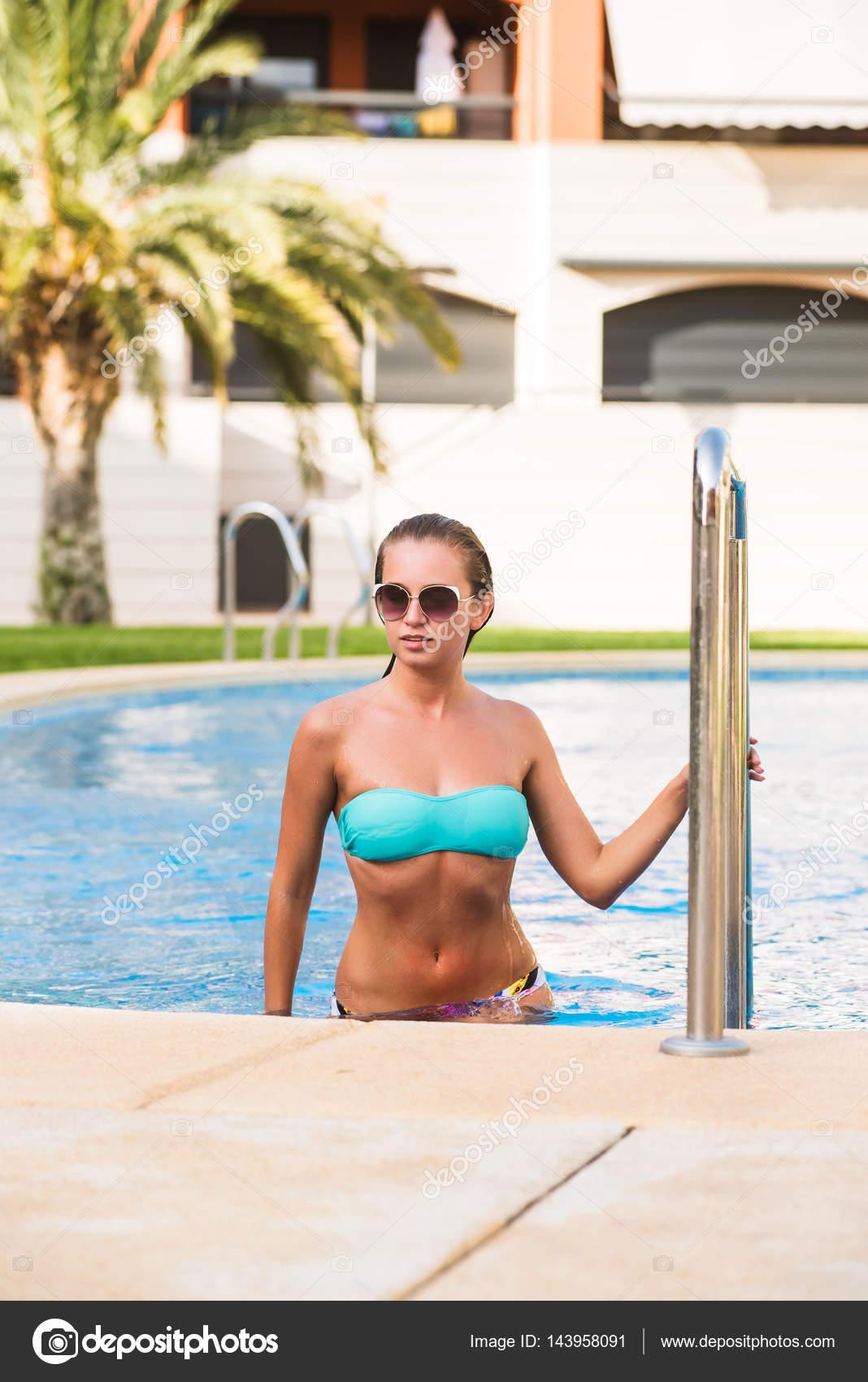 320de3d27473 Hermoso encaje bronceada chica joven sexy en gafas de sol y bikini para la  piscina en un día caluroso de verano. Vacaciones, relax y vacaciones — Foto  de ...
