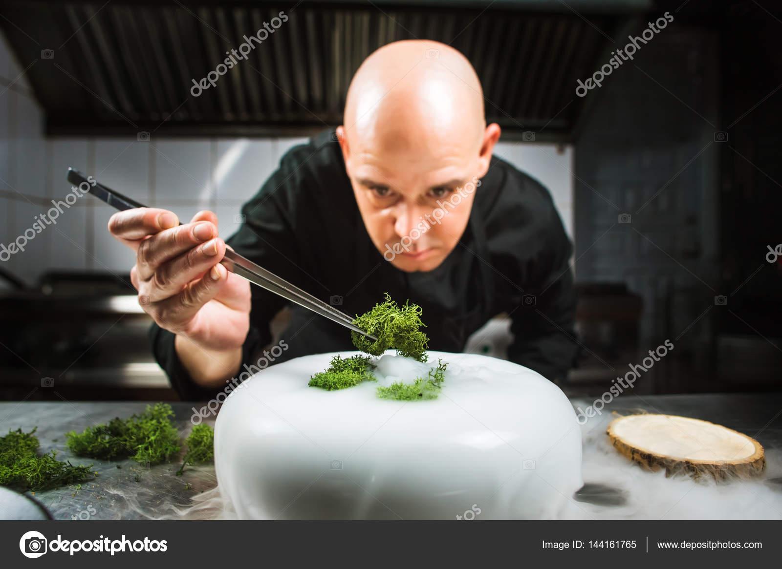 Chef est concentrada em preparar prato molecular moderno for Nitrogeno liquido para cocinar