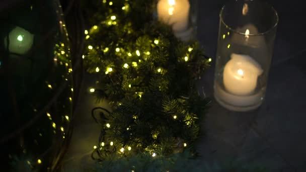 Weihnachten und Neujahr Tanne und die Beleuchtung von Girlanden und Kerzen