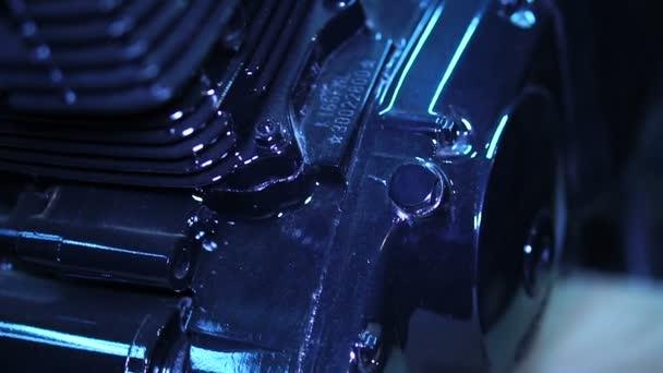 Černé motor z vlastní motorku v garáži