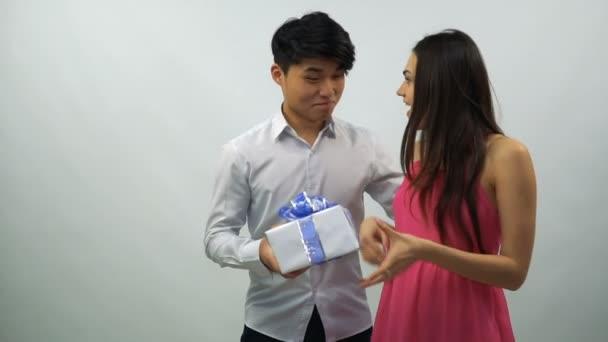 Mladý muž představuje Dárková krabice s holkou na bílém pozadí