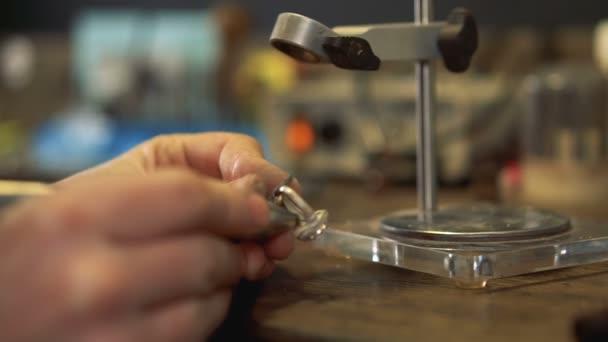 Umění člověka udržuje šperky a on provádět pájet procesy produktu