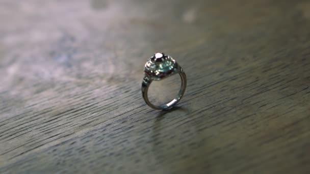 Prsten od Goldsmitha na žádost zákazníků je připravena a je na dřevěný stůl