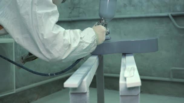Master Met Sur Une Couche De Peinture Gris Brillant Sur La Surface De La  Guitare Et Vérifie La Qualité Du Travailu2013 Séquence Vidéo