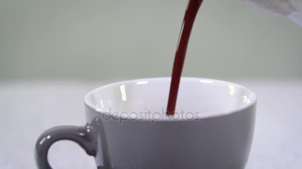 Kávu do šálku zblízka