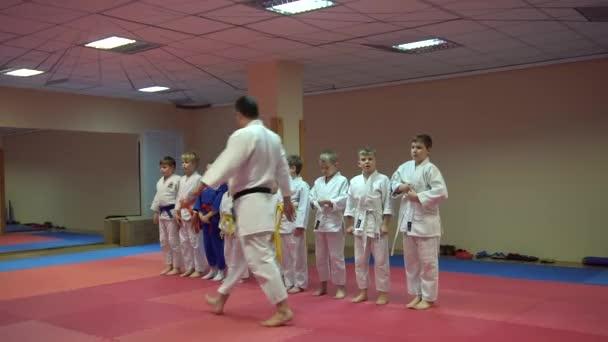 Kiev, Ukrajna - 2017. február 6.: Coach segít hogy a kimonó, hogy a tanuló a Taekwondo képzés