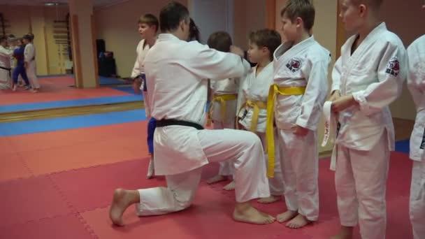 Kiev, Ukrajna - 2017. február 6.: Verseny Karate edző mérkőzés kezdete előtt a junior bajnokság és kimonó öv