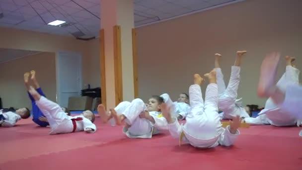 Kiev, Ukrajna - 2017. február 6.: A harcosok gyerekek kimonó fizikai tornázhatnak a karate képzési