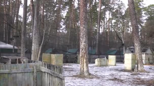 Kyjev, Ukrajina - 4 března 2017: Paintball bitva v lese zábavy a boj