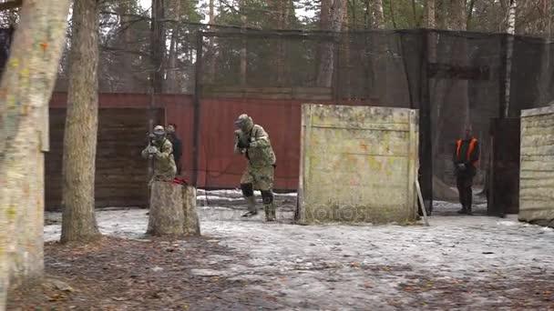 Kyjev, Ukrajina - 4 března 2017: Paintball hráčů týmu se zbraněmi na mapu a střílet na nepřítele
