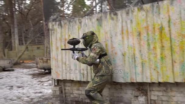 Kyjev, Ukrajina - 4 března 2017: Paintball hráč v masce s cílem zbraň a střílet na nepřítele