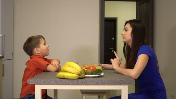 Máma a syn se mluví u snídaně