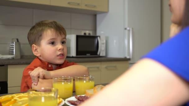 Chlapec vypráví příběh u snídaně