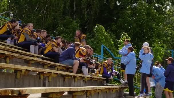 Kyjev, Ukrajina - 20 května 2017: Fotbalový tým má zbytek sedí na tribuny